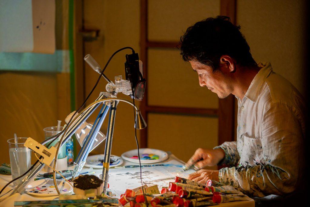 紙に指で描く近藤さん