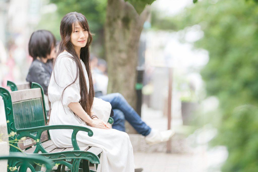 ベンチに座る林木林さん