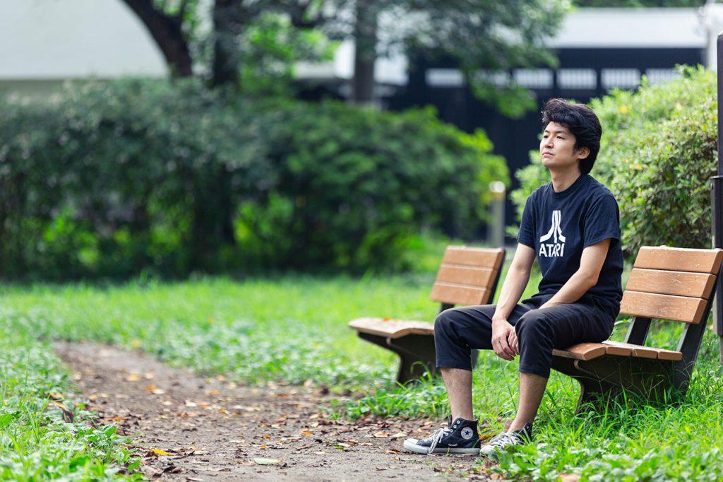 ベンチに座る佐藤さん