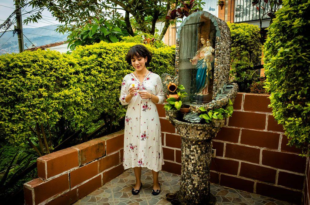 ケリーちゃんさんと聖母マリアとキリストの像。