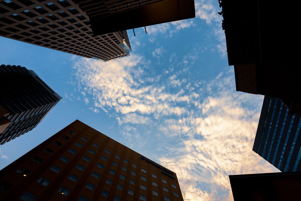 ビル群から望む空