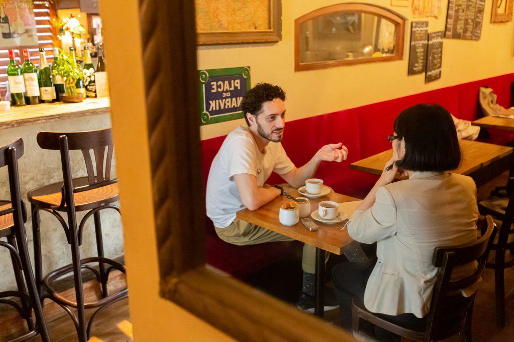 レストランで話す二人