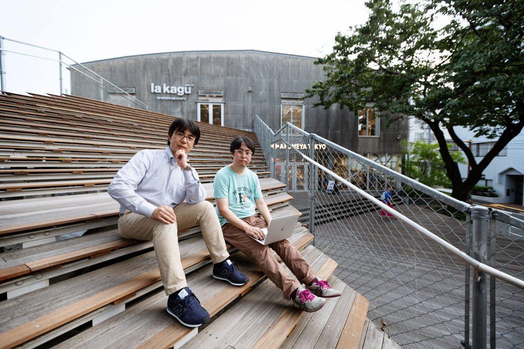 「la kagu」の前に座る二人