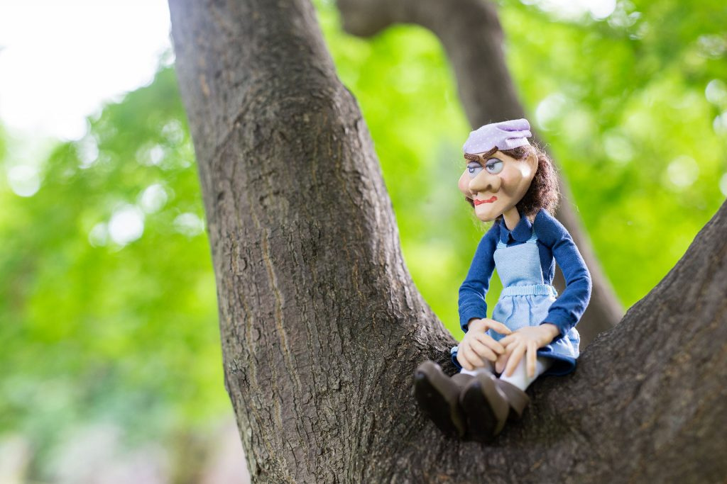 木に置かれた人形