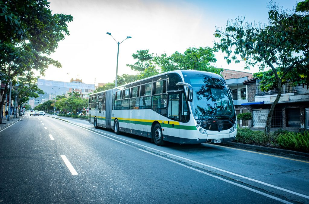 専用道路を走るバス