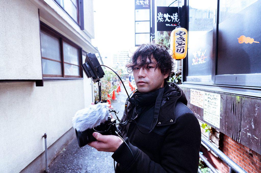 こちらを見つめる永田さん